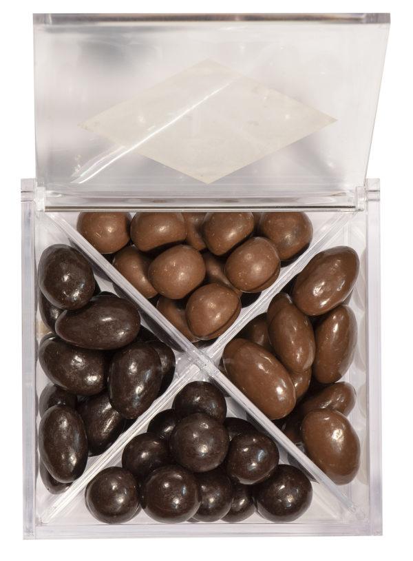 boîte cadeau de bonbons créoles amande et noisette ouverte